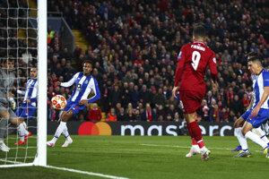 Roberto Firmino strieľa gól.