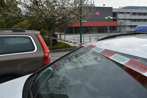 Priestor okolo budovy ohraničili policajti páskou.