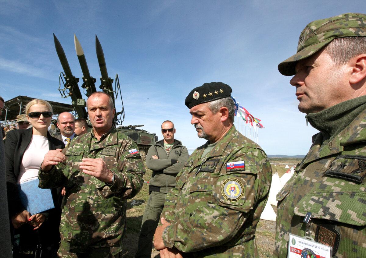 baf9d96f1 Prezident podpísal novelu o používaní vojenských uniforiem - SME