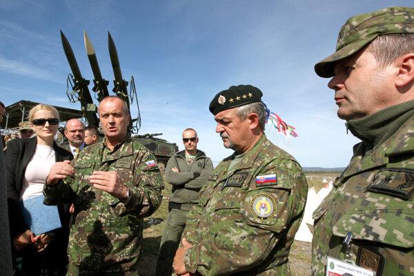 Minister obrany Peter Gajdoš (vľavo)