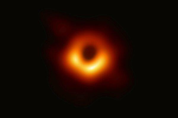 Prvá fotografia čiernej diery v strede galaxie Messier 87.