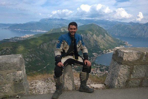Jožo na jednom zo svojich výletov v prírodnom zálive na juhu Jadranského mora.