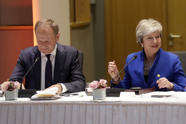 Donald Tusk a Theresa Mayová na summite v Bruseli.