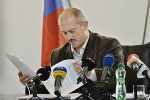 Marian Kotleba číta.