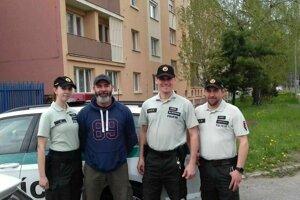 Policajti, ktorí dieťa zachránili.