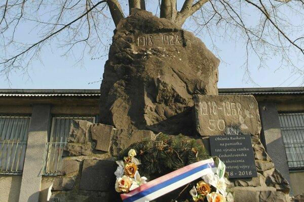 Pomník v Ruskove, nad ktorým rastie lipa.