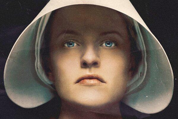 Elisabeth Moss ako Offred v seriáli Príbeh služobníčky.