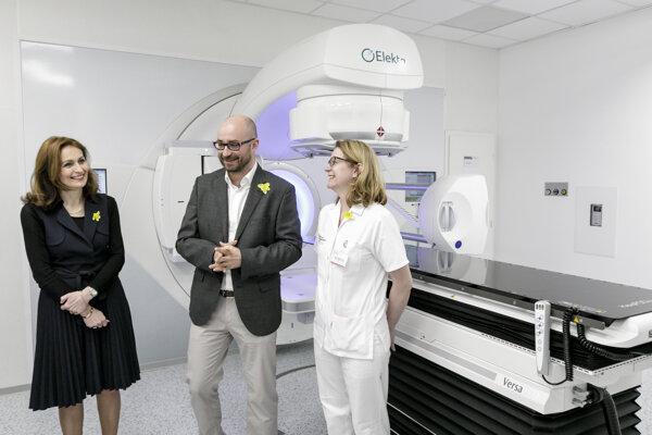 Ministerka Kalavská, generálny riaditeľ bratislavského NOÚ Alscher a primárka oddelenia radiačnej onkológie Pobijáková uvádzajú do prevádzky lineárny urýchľovač.