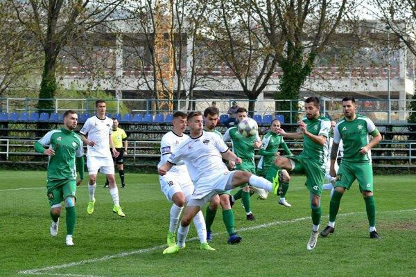 Obrana FKM (v zelenom) rieši jednu zo zložitých situácií pred vlastnou bránou. Zo zápasu Nitra jun. – FKM 5:1.