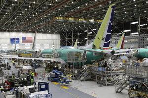 Ľudia pracujú na výrobnej linke pre Boeing 737 MAX 8 počas krátkej prehliadke pre médiá v montážnom závode v americkom meste Renton. (27. marca 2019)