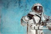 18. marca 1965 vykonal sovietsky kozmonaut Alexej Leonov prvý výstup do voľného priestoru. Trval 12 minút.