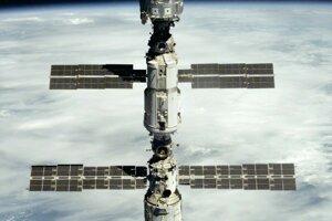 Medzinárodnú vesmírnu stanicu začali budovať v roku 1998, keď sa do vesmíru dostal prvý modul Zaria (na snímke uprostred). Na vrchu je modul Unity, dolu Zvezda. Úplne na spodku je pripojená loď Progress.