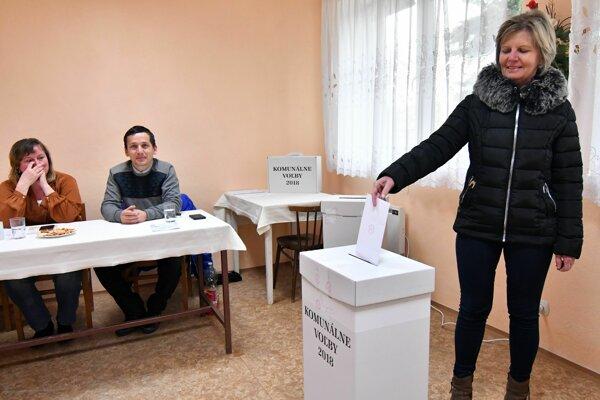 Momentka z volieb v Petkovciach.