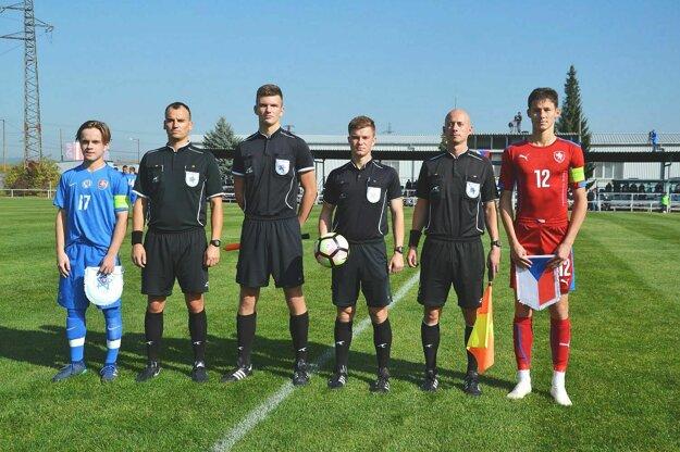 Anton Hrenák (druhý sprava) ako asistent na medzištátnom zápase U 16 Slovensko - Česko.