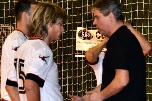 Krátka porada trénera s hráčmi.