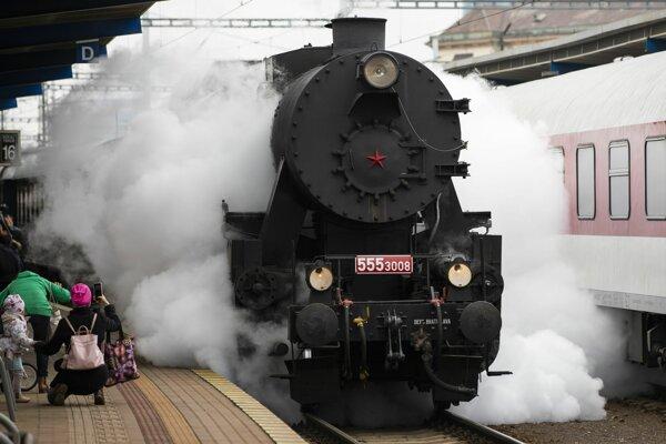 Parný vlak ťahaný parným rušňom 555.3008 Mazutka.