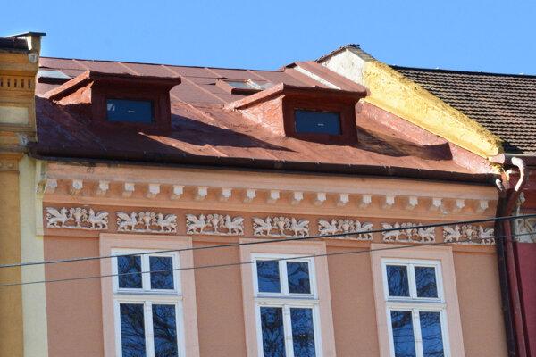 Historicky vzácnu nehnuteľnosť stále hyzdí montážna pena na časti strechy, hoci je prekrytá červeným náterom.