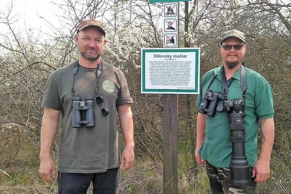 Ornitológovia Dušan Kerestúr (vľavo) a Marian Mojžiš.