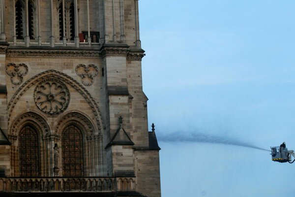 Hasiči bojujú o záchranu katedrály.