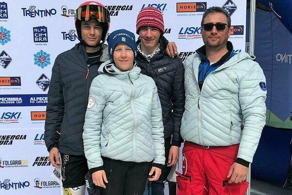 Zľava: Dávid Michael Mažgút, Michal Belák, Josh Barfoot, tréner Rastislav Mažgút.