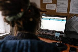 Poradkyne zapisujú správy z telefonátov do počítača.