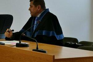 Obžalovaného riaditeľa zastupoval na súde len jeho obhajca. Riaditeľ na súd neprišiel.