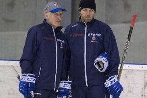 Hlavný tréner slovenskej hokejovej reprezentácie Craig Ramsay (vľavo) a tréner brankárov Ján Lašák.