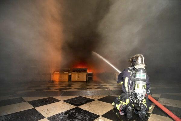 Hasiči bojujú s požiarom vnútri katedrály.