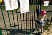 Do detských ihrísk v štyroch žilinských lokalitách sa deti nedostanú.