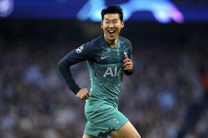 Hráč Tottenhamu Hotspur Son Heung-Min oslavuje druhý gól do bránky Manchesteru City v 2. zápase štvrťfinále Ligy majstrov  Manchester City - Tottenham Hotspur na štadióne v Manchesteri 17. apríla 2019.
