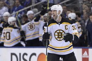 Zdeno Chára sa raduje z gólu v zápase play off proti Torontu Maple Leafs.