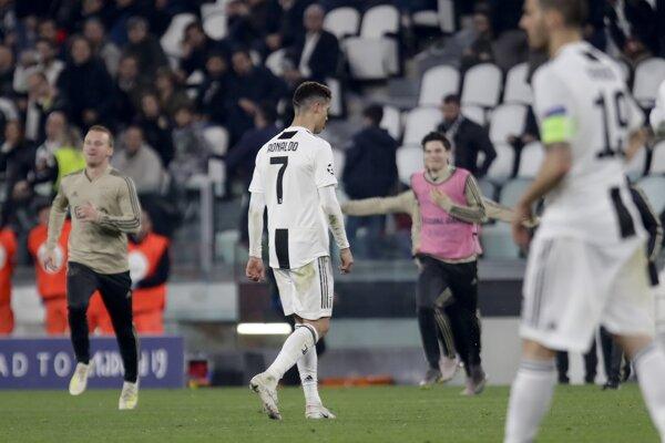 Futbalista Juventusu Turín Cristiano Ronaldo odchádza z ihriska po odvetnom zápase štvrťfinále Ligy majstrov Juventus Turín - Ajax Amsterdam 16. apríla 2019 v Turíne.