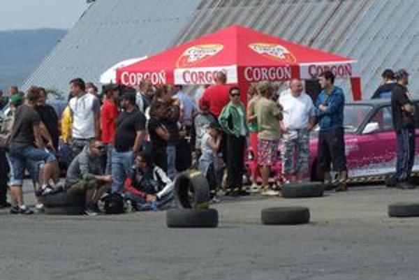 Fanúšikovia motoristického športu si nenechali ujsť I. ročník Rally Show na dolnostrehovskom letisku.