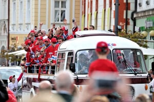 Hokejisti prichádzajú na námestie.