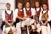 Dievčatá z Telgártu idú svätiť paschu.