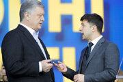 Na snímke zľava súčasný prezident Ukrajiny Petro Porošenko a prezidentský kandidát, zabávač a herec Volodymyr Zelenskyj počas duelu na Národnom olympijskom komplexe Olympijskyj v Kyjeve 19. apríla 2019.