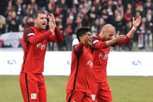 Na snímke radosť hráčov Serede, zľava kapitán Ľubomír Michalík, Aldo Baez a Jozef Menich - ilustračná fotografia.