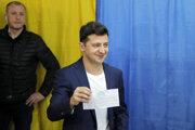 Volodymyr Zelenskyj pózuje s hlasovacím lístkom.
