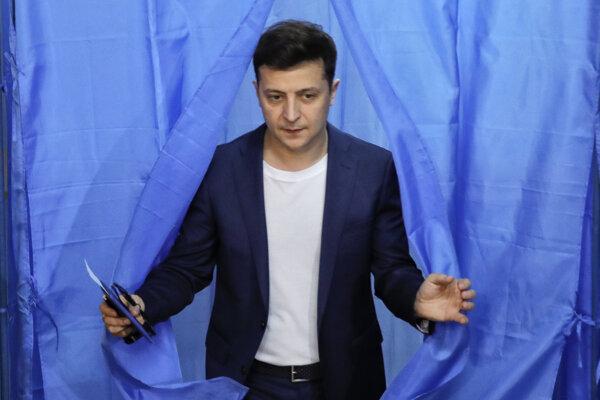 Volodymyr Zelenskyj hlasuje v druhom kole volieb.