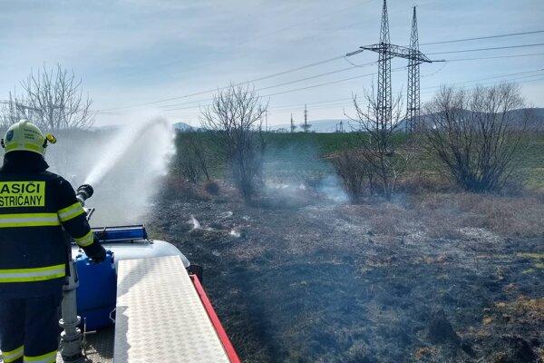 Pri vypaľovaní trávy tento rok zasahovali už aj dobrovoľní hasiči z Bystričian.