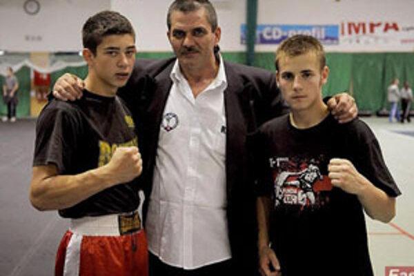 Pästiari s trénerom. Zľava: R. Rácz, K. Filka, Zs. Osaďan.