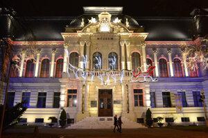 Na snímke rozsvietená zrekonštruovaná historická budova Východoslovenského múzea na námestí Maratónu mieru v Košiciach. Výzdoba so svietiacimi sobmi je iba sezónna.