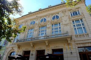 Malá scéna Štátneho divadla Košice prešla rozsiahlou rekonštrukciou. V minulosti v secesnej budove sídlilo kasíno, neskôr kino.