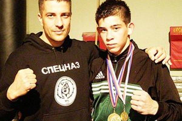 Tréner lučeneckého Box clubu Hugo Hojtel (vľavo) s Róbertom Ráczom.