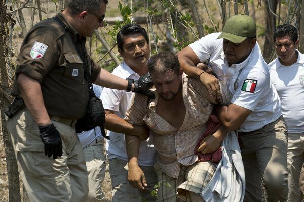 Mixickí policajti zadržiavajú migranta