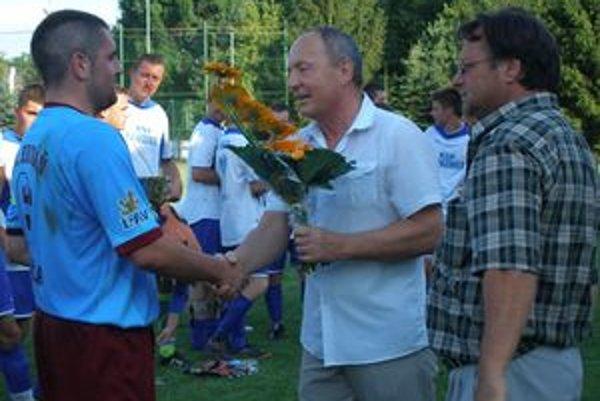 Zástupcovia tímov zúčastnených na turnaji v Dolnej Strehovej si z rúk tamojšieho starostu Dušana Mališa prevzali ceny.