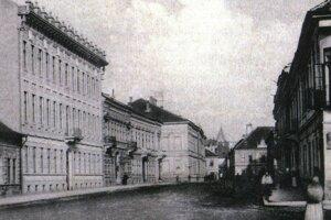 Štátna reálka v Košiciach (budova na pozadí vľavo).
