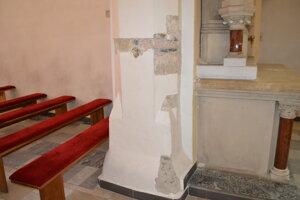 Sondy mali preukázať, či sa na stenách nachádzajú staršie maľby.
