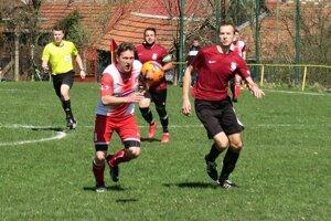 Dolnooravský súboj zvládli lepšie hráči Žaškova (v bielo červených dresoch).