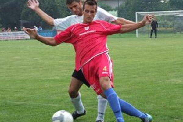 Ján Vaculčiak (vzadu), autor druhého gólu Ružinej, sa snaží prebrať loptu Igorovi Lietavovi.